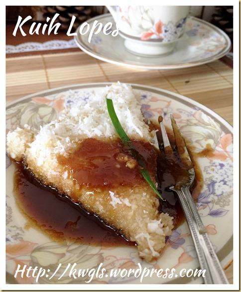 Kuih Lopes or Kue Lupis (三角椰丝糯米糕)